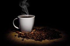 Grões e chávena de café fotografia de stock royalty free