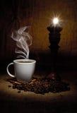 Grões e chávena de café Foto de Stock