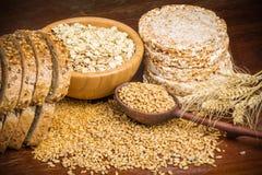 Grões saudáveis, cereais e pão integral inteiro imagens de stock