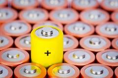 Größe der alkalischen Batterie AA mit selektivem Fokus auf einzelner Batterie Lizenzfreies Stockfoto