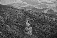 Größe der Natur Hübsches Mädchen auf Berghang lizenzfreie stockfotos
