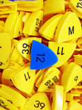 Größe und Zahl des Hemdes, des Gelbs und des Blaus Stockfotos