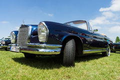 Größengleichluxusauto Mercedes-Benz 220 Se-Cabriolet ( W111) Stockbilder