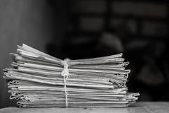 Größerer Satz Zeitungen auf einer Tabelle Stockbild