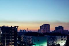 Größte Stadt am Abend nach Sonnenuntergang Stockfotos