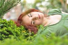 grön äng för flicka Arkivfoto
