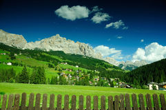 Grön äng i den alpina byn, Dolomites, Italien Fotografering för Bildbyråer