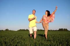 grön ängrunning för par fotografering för bildbyråer