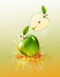 Grön äppledroppe på fruktsaftfärgstänk och krusning, realistisk frukt och yoghurt som är genomskinliga, vektorillustration vektor illustrationer