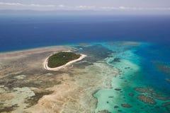 Grön ö i stor barriärrev Fotografering för Bildbyråer