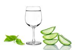 Grön aloe vera, exponeringsglas av vatten och te arkivbild