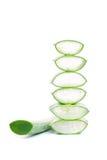 Grön aloe Vera Leaf och skivor av aloe Arkivfoto