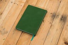 grön anteckningsbok Arkivfoton