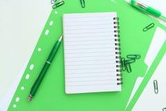 Grön anteckningsbok med mappen stock illustrationer