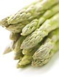 Grön aspargus på en vit bakgrund med skugga Arkivfoton