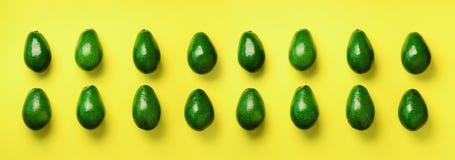 Grön avokadomodell på gul bakgrund Top beskådar Design för popkonst, idérikt sommarmatbegrepp Organiska avokadon in fotografering för bildbyråer