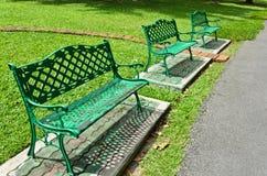 Grön bänk i parken fotografering för bildbyråer