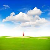 Grön bakgrund för blå himmel för golffält arkivbild