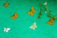 Grön bakgrund med härliga fjärilar för din design Royaltyfri Foto