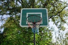 Grön basketkorg Arkivfoton