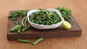 Grön Bean Curry South Indian Vegetarian sidomaträtt i ett magasin på trätabeller royaltyfri bild