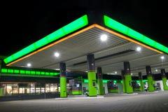 Grön bensinstation arkivbilder
