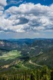 Grön bergdal och den slingriga bergvägen Sommar i de steniga bergen Arkivbild