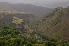 Grön bergdal och moln Royaltyfria Bilder