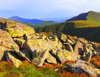Grön bergkantpanorama, solig dag för sommar Royaltyfria Bilder