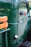 Grön bil för tappning med trä Fotografering för Bildbyråer