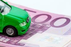 Grön bil på sedlar Royaltyfri Foto