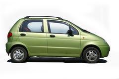 Grön bil på vit bakgrund Fotografering för Bildbyråer