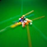 grön billiardtabell med färgrika fartfyllda bollar Royaltyfri Fotografi