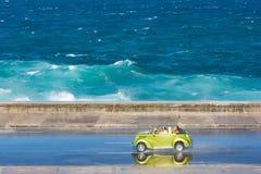Grön bilridning på Malecon, havannacigarr Arkivbild