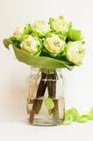 Grön blomma för vit lotusblomma Arkivbild