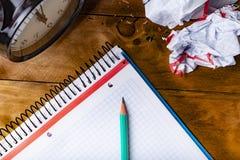 Grön blyertspenna, begreppstid att vara idérikt arkivbild