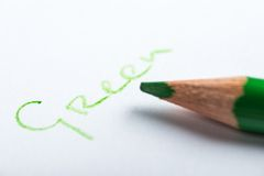 Grön blyertspenna på en vitbok Royaltyfri Foto