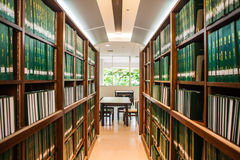 Grön bokhylla av tesen Royaltyfria Foton