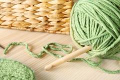 Grön boll av den handarbetegarn och kroken Fotografering för Bildbyråer