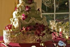 Grön bröllopstårta med blommor Royaltyfria Bilder