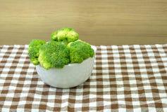 Grön broccoli i den vita bunken Arkivbild
