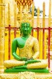Grön Buddhabild på sammanträdeposition Arkivfoton