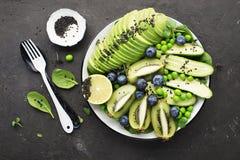 Grön bunke för detox för sommar för fruktgrönsaker av sallad Avokadot spenat, gurkan, micro gör grön, blåbär en plattamaträtt Royaltyfri Foto
