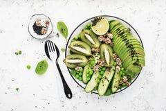 Grön bunke för detox för sommar för fruktgrönsaker av sallad Avokadot spenat, gurkan, micro gör grön, blåbär en plattamaträtt Arkivbilder