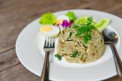 Grön curry Fried Rice Recipe Spicy på trä Arkivfoton