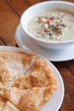 grön curry med kokosnöten mjölkar och stekte Roti Arkivfoto