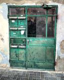 Grön dörr Arkivfoto