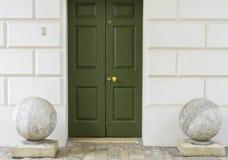 Grön dörr fotografering för bildbyråer