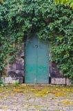 Grön dörr för lantbrukarhem Royaltyfri Bild
