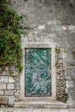 Grön dörr i kroatisk gammal stad Fotografering för Bildbyråer
